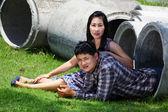 Pareja romántica relajante en tubería de cemento en el parque — Foto de Stock