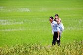 Usmíval se ženich na jeho zadní nevěsta rýžových poli — Stock fotografie