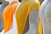 仏像は、浅い被写し界深度の黄色いローブ. — ストック写真