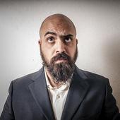Hombre con un traje y barba y expresiones extrañas — Foto de Stock