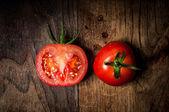 Hälfte und ganze tomaten auf holz — Stockfoto