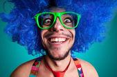 Engraçado cara pelado com peruca azul e gravata vermelha — Foto Stock