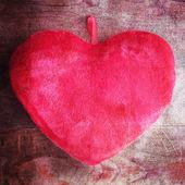 Poduszka serce na drewno — Zdjęcie stockowe
