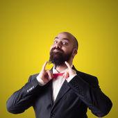 Funny barbudo a hombre elegante con papillon — Foto de Stock