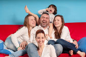 šťastná rodina na gauči — Stock fotografie