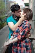 Mladý pár líbání — Stock fotografie