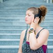 Beautiful stylish modern young woman listening to music — Stockfoto