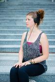 Mooie stijlvolle moderne jonge vrouw luisteren naar muziek — Stockfoto