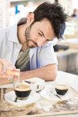 Hombre en el bar bebiendo café — Foto de Stock