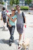 пара с собака ходить на улице — Стоковое фото