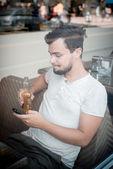 молодой стильный человек в баре — Стоковое фото
