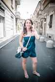 携帯電話上で美しい女性 — ストック写真