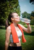Beautiful woman fitness drinking water — Stock Photo