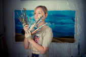 Krásná blonďatá malířka — Stock fotografie