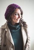 Красивая женщина с высоким воротом, шарф и шапочка осенью — Стоковое фото