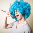 Funny guy with blue wig singing — Foto de Stock