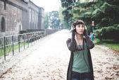 Müzik güzel bir genç kadın — Stok fotoğraf