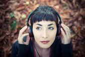 Mooie jonge vrouw luisteren naar muziek — Stockfoto