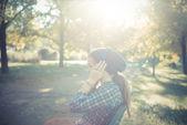 Schöne junge blonde hipster frau musik hören — Stockfoto