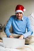 Uomo d'affari elegante multitasking di natale a casa — Foto Stock