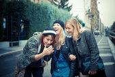 Mulher de três amigos no telefone — Fotografia Stock