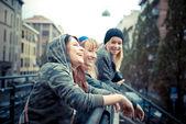 Трое друзей женщина — Стоковое фото