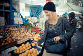 Beautiful blonde woman at the marketplace — Stock Photo