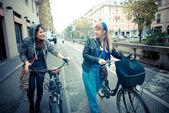 Двое друзей женщина на велосипеде — Стоковое фото