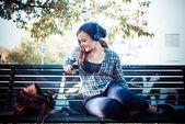 Ascoltare musica di hipster bionda giovane bella donna — Foto Stock