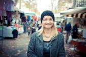 市場での美しいブロンドの女性 — ストック写真