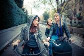 Mujer de tres amigos de la bici — Foto de Stock