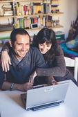 Paar in der Liebe mit Notebook zu Hause — Stockfoto