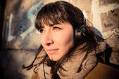Schöne junge Frau, hören Musik Kopfhörer — Stockfoto