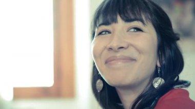 женщина красивая битник, слушать музыку — Стоковое видео
