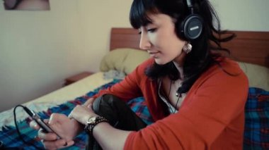 Beautiful hipster woman listening to music — 图库视频影像
