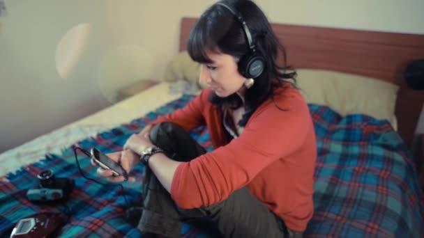 Mujer hermosa hipster escuchando música — Vídeo de stock