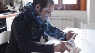若い男のタブレットを使用して、喫煙 — ストックビデオ