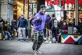 Breakdancer guys in Milan dancing in the street — Stock Photo