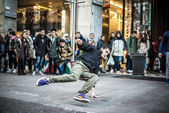 Breakdancer guys in Milan dancing in the street — Stock Photo