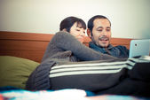 Paar in Liebe auf dem Bett-Tabletts — Stockfoto