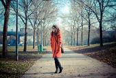 красивая женщина красное пальто — Стоковое фото