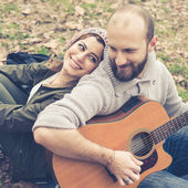 Couple  playing serenade with guitar — Stockfoto