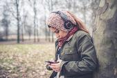 Piękna brunetka kobieta słuchanie muzyki w słuchawkach — Zdjęcie stockowe
