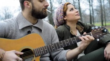 Couple  playing serenade with guitar — Stockvideo