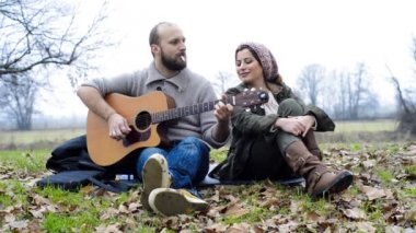 Couple  playing serenade with guitar — Vídeo Stock