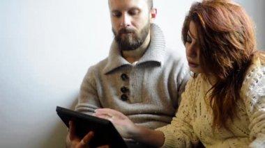 пара с помощью планшета — Стоковое видео