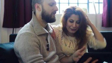 Par med hjälp av tablet pc — Stockvideo