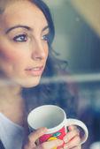 Krásná žena s pohár oknem — Stock fotografie