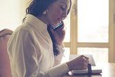 Piękna kobieta w domu pisania i pracy — Zdjęcie stockowe