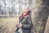 Vacker brunett kvinna lyssna på musik med hörlurar — Stockfoto